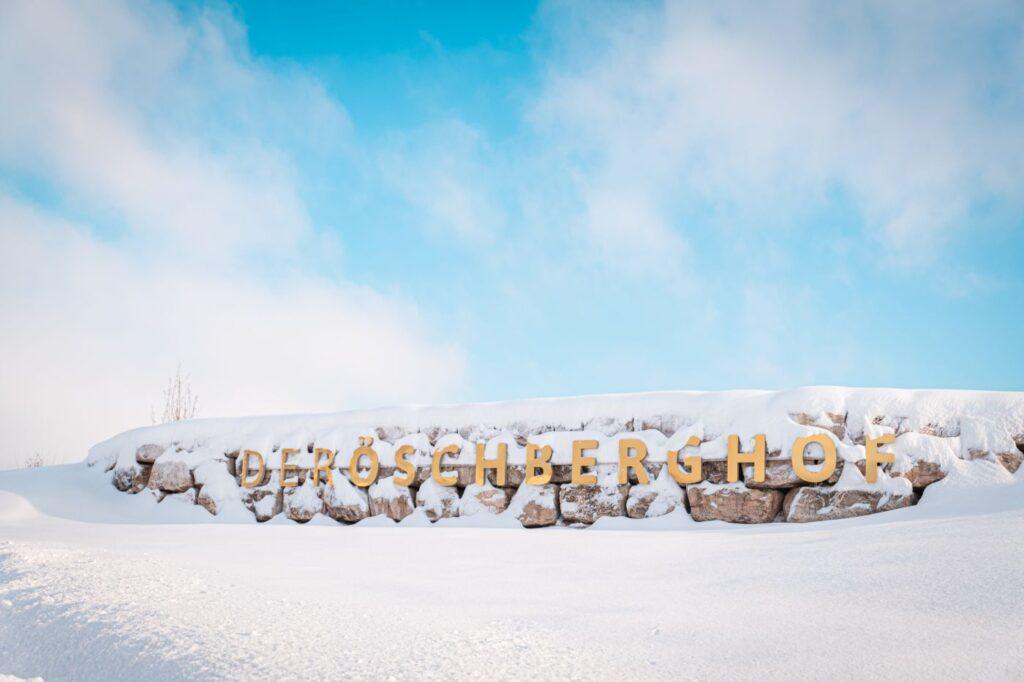 Öschberghof Schriftzug im Winter